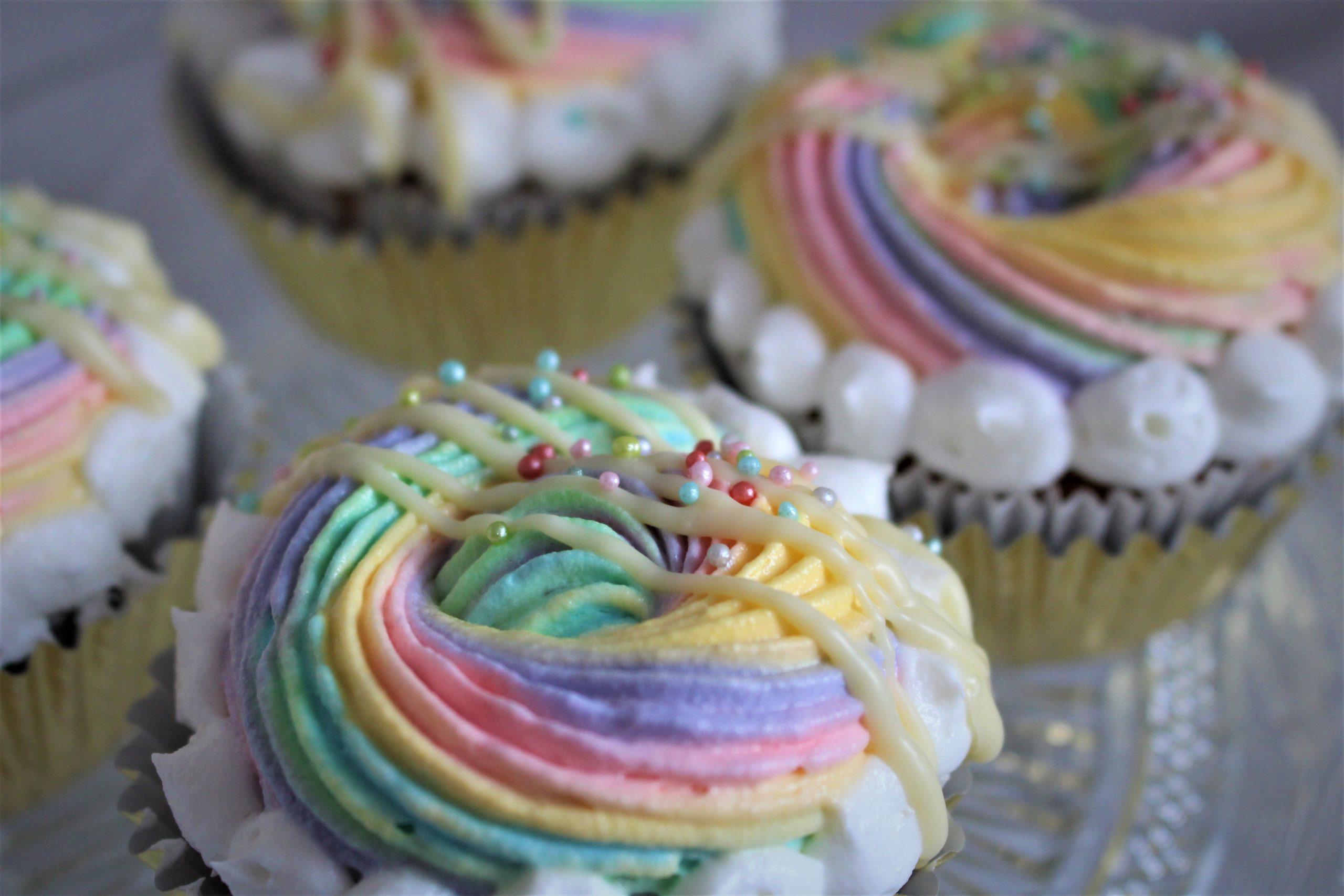 Regenbogencupcakes auf Wölkchen
