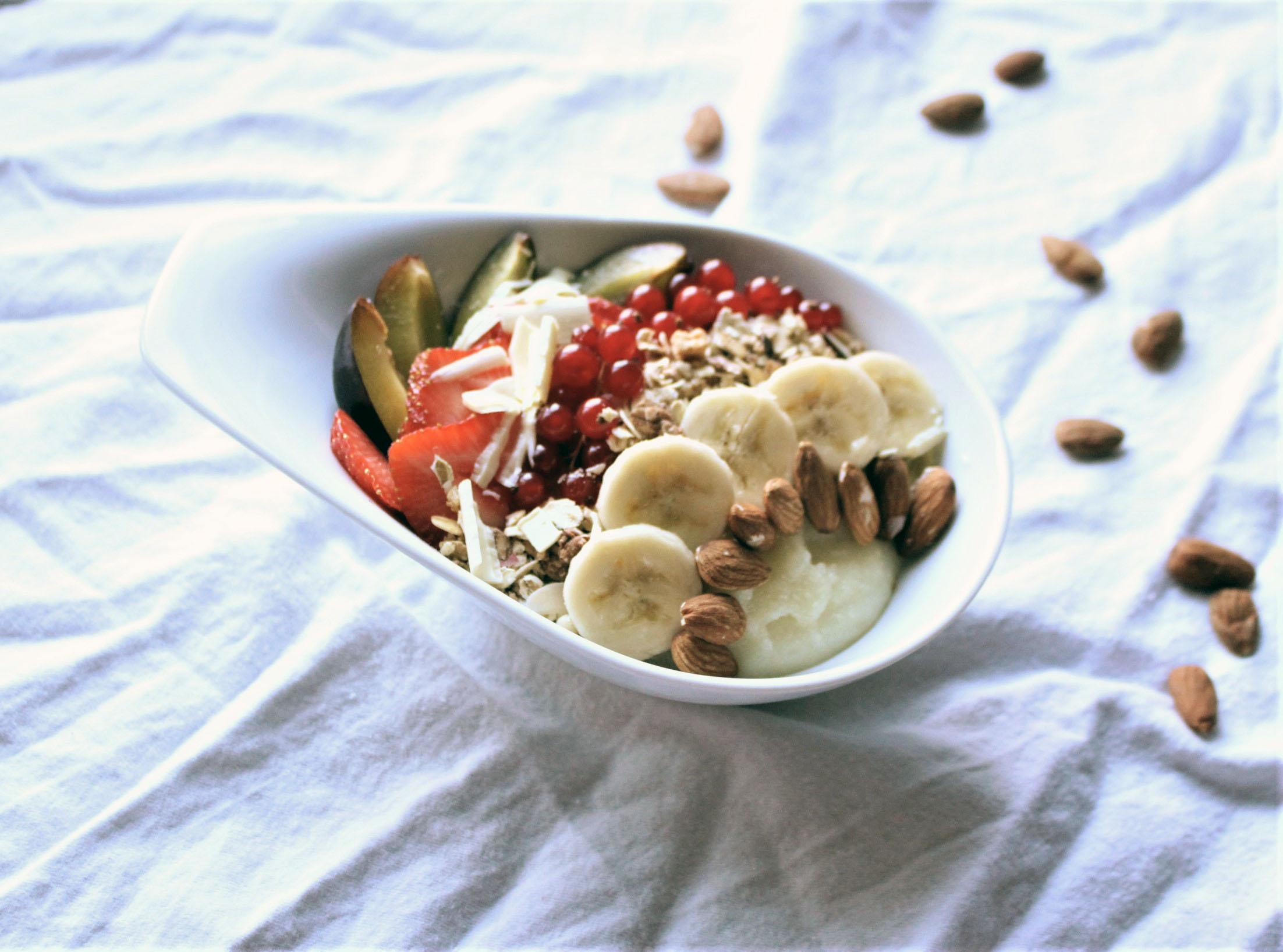 Schneller Grießfrühstücksteller mit Garnitur